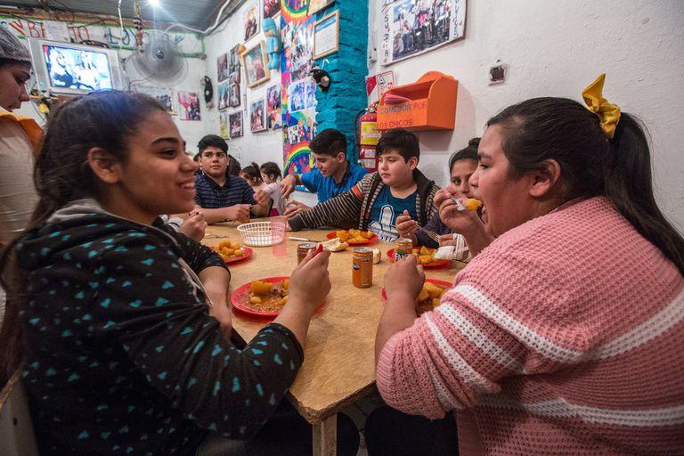 Algunos de los niños que asisten al comedor Todo por los chicos, del Barrio Loyola, en San Martín