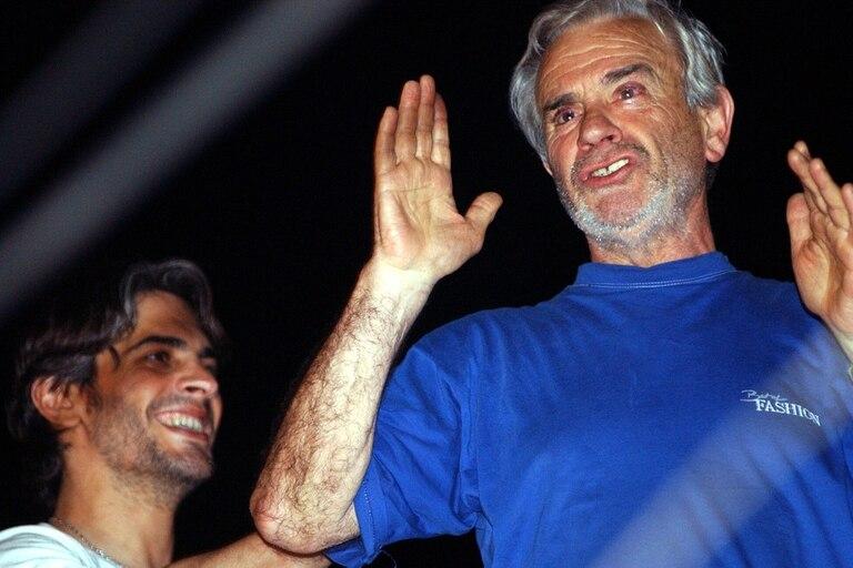 Antonio Echarri saluda a los vecinos luego de haber sido liberado por sus captores, junto a él su hijo Pablo, el 31 de octubre de 2002