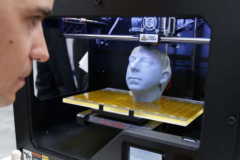 Una vista de la impresora 3D MakerBot Replicator en acción