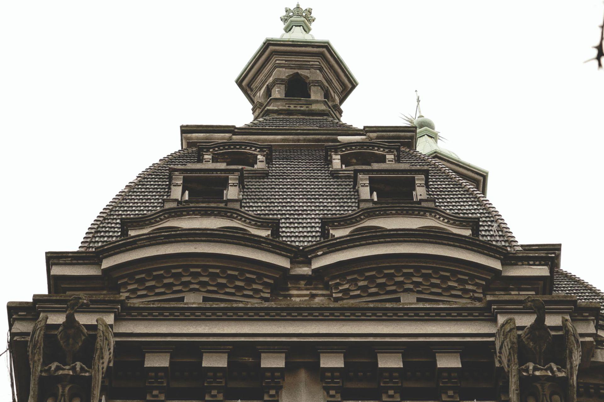 Una simetría apenas rota por el sol de la segunda cúpula.