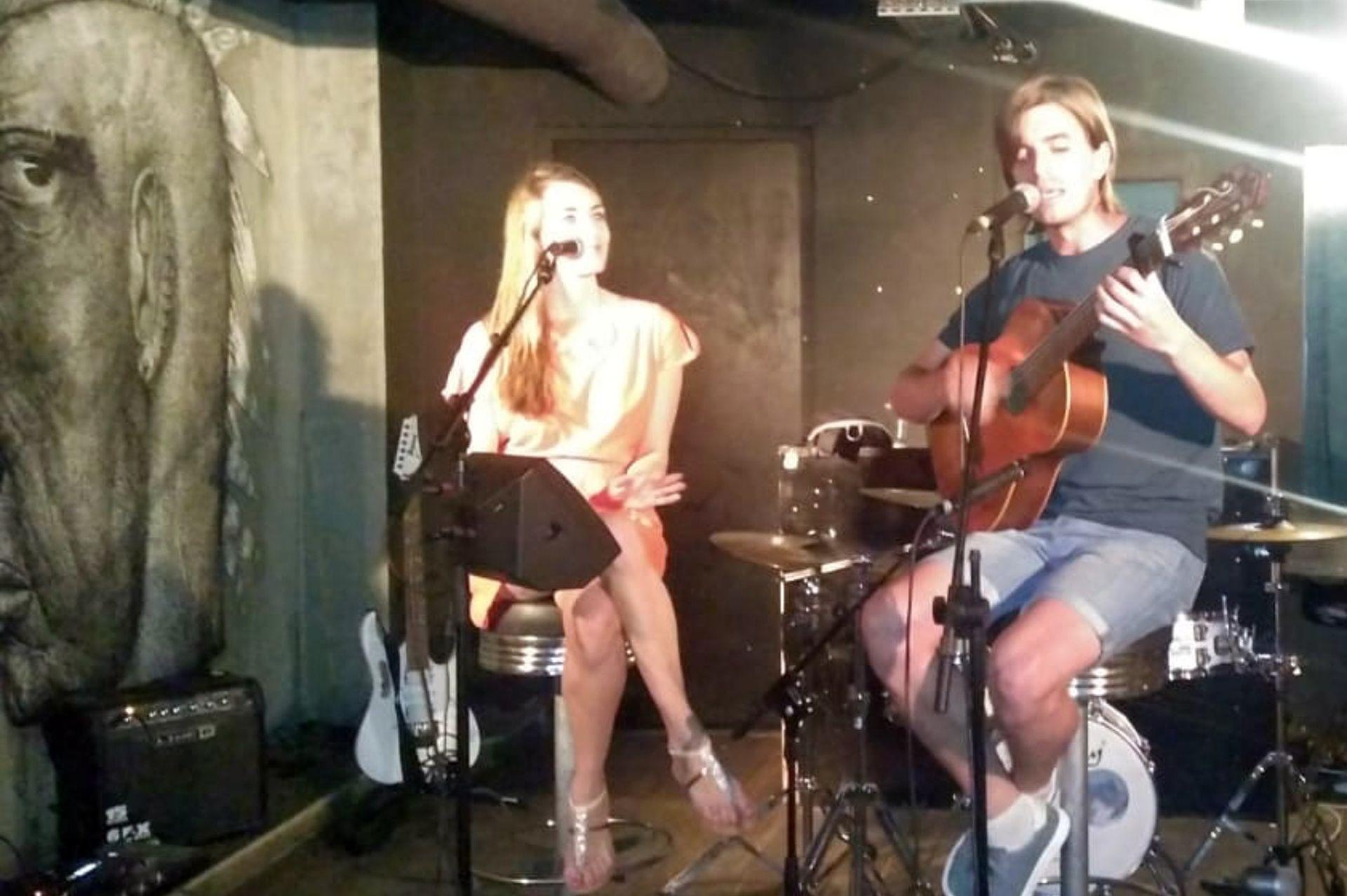 Una de las pasiones de Guada es cantar y lo hace para eventos parisinos. @pineirolupe