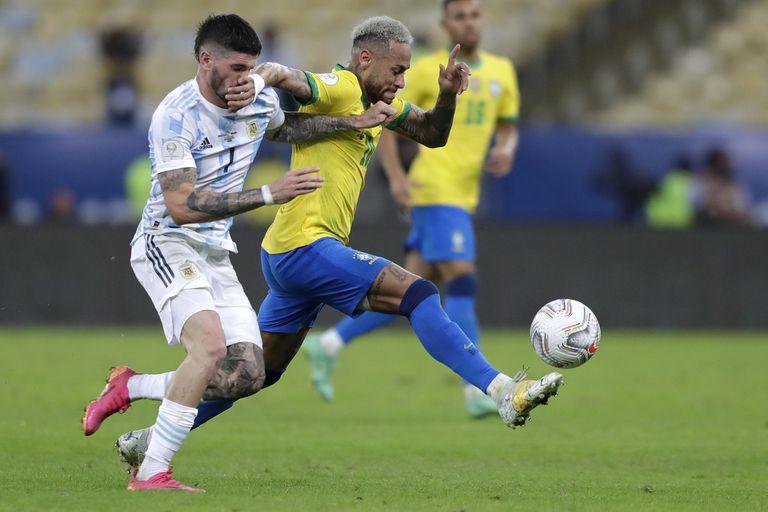 Rodrigo De Paul, el mejor de la final; aquí, en férrea marca sobre Neymar