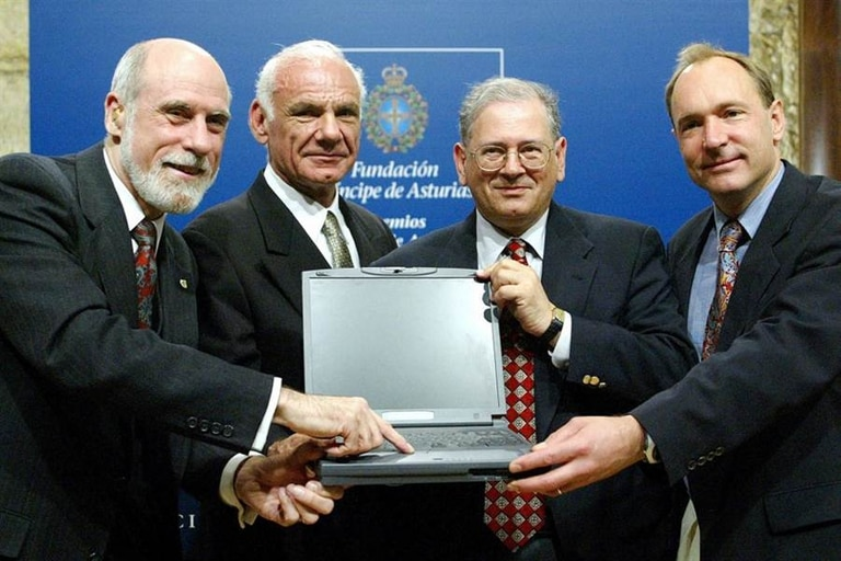 Vinton Cerf, Larry Roberts (el promotor del primer proyecto de Arpanet), Bob Kahn (creador del TCP-IP con Cerf) y Tim Berners Lee, creador de la Web