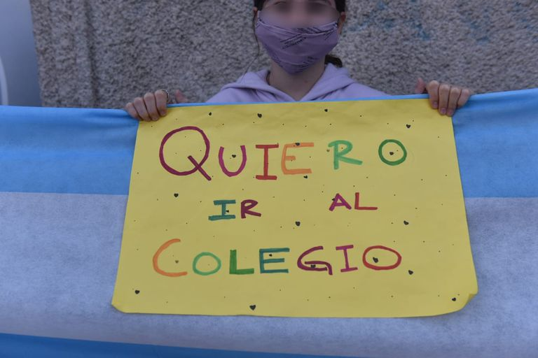 Abrazo simbólico con banderas en escuelas de Vicente López