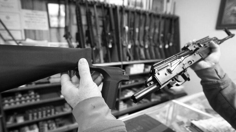 """La culata """"bump stock"""" que multiplica la repetición del rifle semiautomático"""