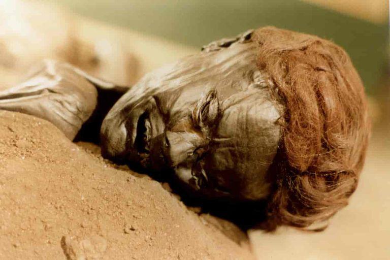 """El """"hombre de Grauballe"""" sufrió una horrenda muerte y sus restos quedaron conservados en una turba por más de dos milenios"""