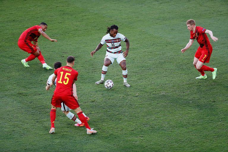 Renato Sanches rodeado por Kevin De Bruyne, Youri Tielemans y Thomas Meunier, durante el partido de Eurocopa que disputan Portugal y Bélgica.