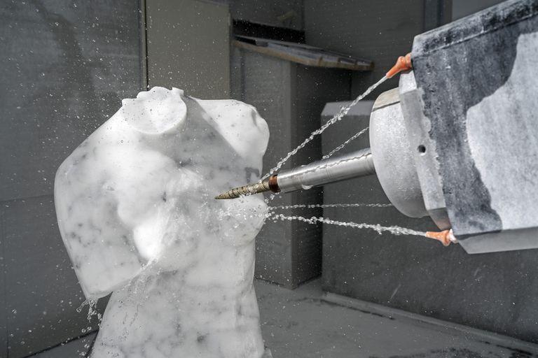 Un robot trabaja en una escultura usando el mismo mármol que se encuentra en las obras maestras del Renacimiento