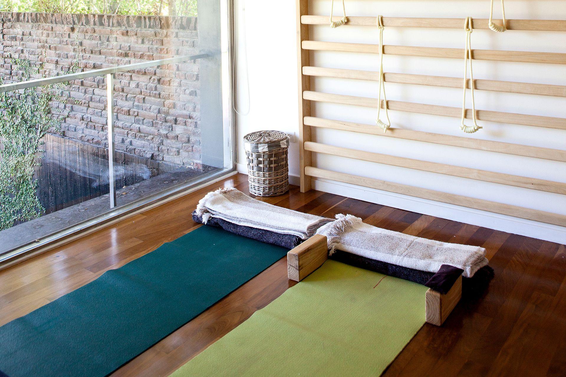 Entusiasta del yoga y amante de los deportes acuáticos, el dueño de casa se reservó un espacio para ejercitarse y guardar sus equipos.