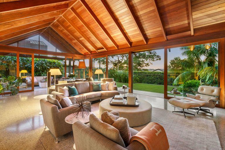 En la casa predomina la madera en techos y pisos y los colores neutros en el mobiliario