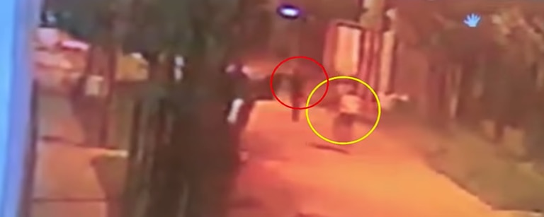 El momento en el que Coria (círculo rojo) interceptó a Maidana (círculo amarillo) para robarle su bicicleta