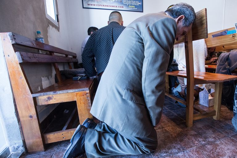 De rodillas, en la misa