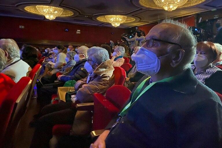 Casi 200 adultos mayores de la comunidad de Madrid, inmunizados todos, volvieron al teatro como si fuera la vieja normalidad