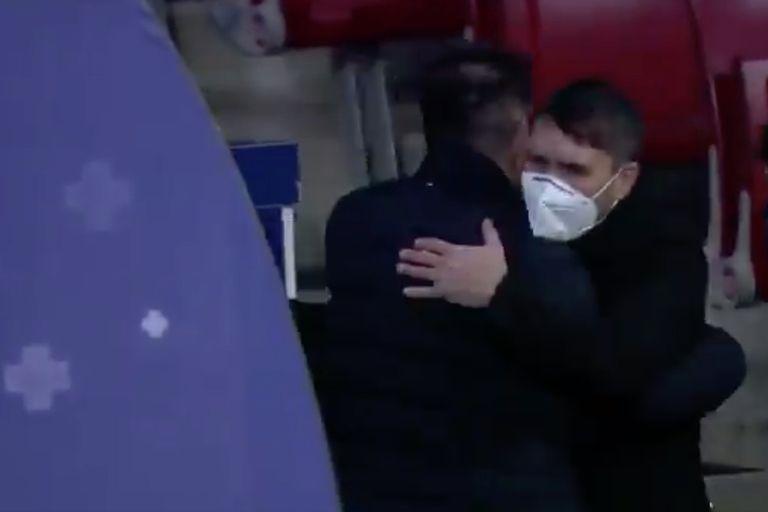 Diego Simeone y Eduardo Coudet se saludan antes del partido