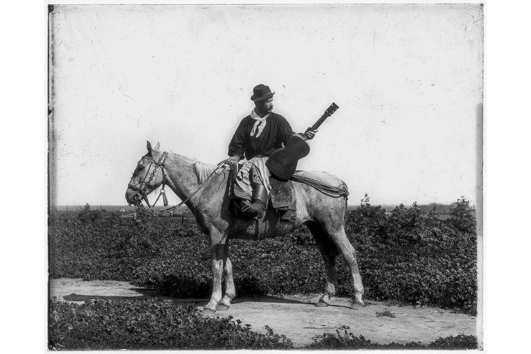 Una foto de Francisco Ayerza tomada en 1890 para una serie retratando a Martín Fierro