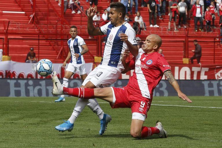 Silva y Medina disputando el balón.