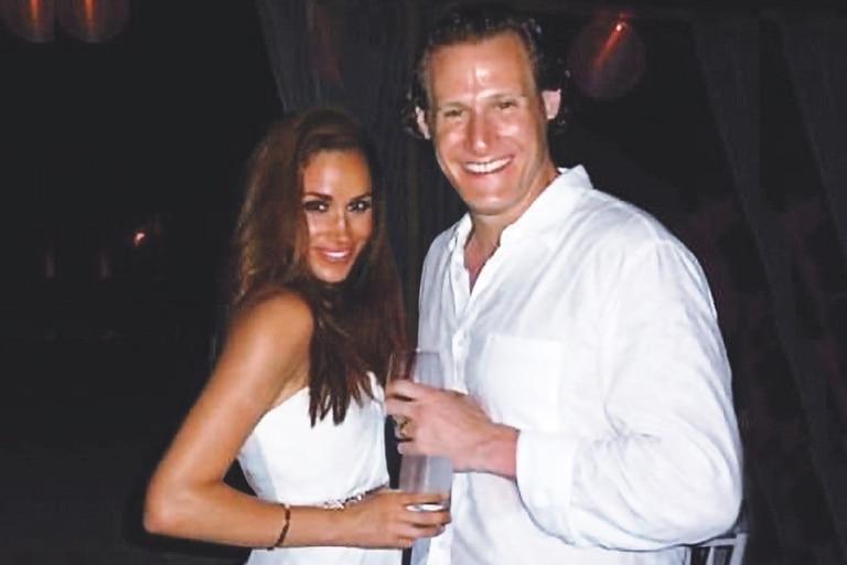 Markle junto a su primer marido, Trevor Engelson, en el día de su boda