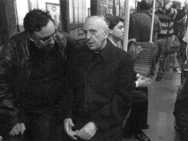 Una de las imágenes que ayer recorrió el mundo: Bergoglio viajando en el subte de Buenos Aires, en 2008