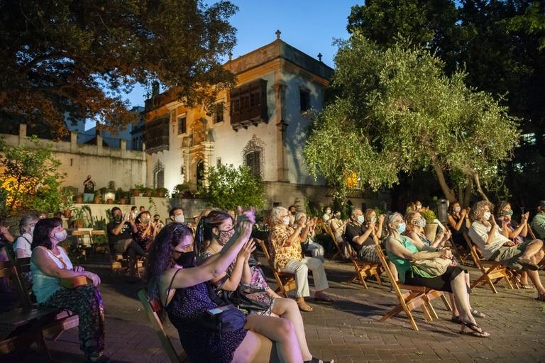 Con barbijo y distancia, el público aplaude el recital de Rolando Goldman y Laura Albarracín en los jardines del Museo Fernández Blanco