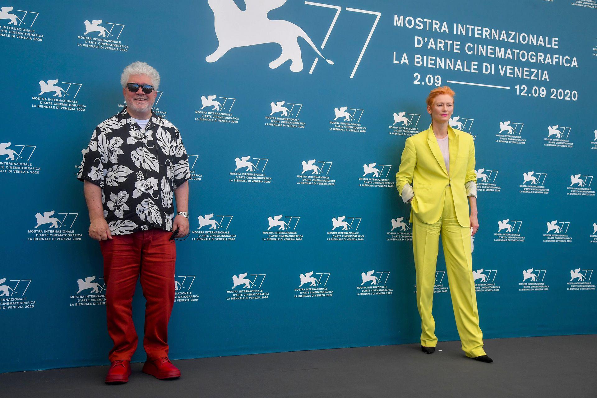 """La actriz británica Tilda Swinton y el director español Pedro Almodóvar asisten a un photocall de la película """"La voz humana"""" presentada fuera de competencia el segundo día del 77 ° Festival de Cine de Venecia, el 3 de septiembre de 2020 en el Lido de Venecia."""