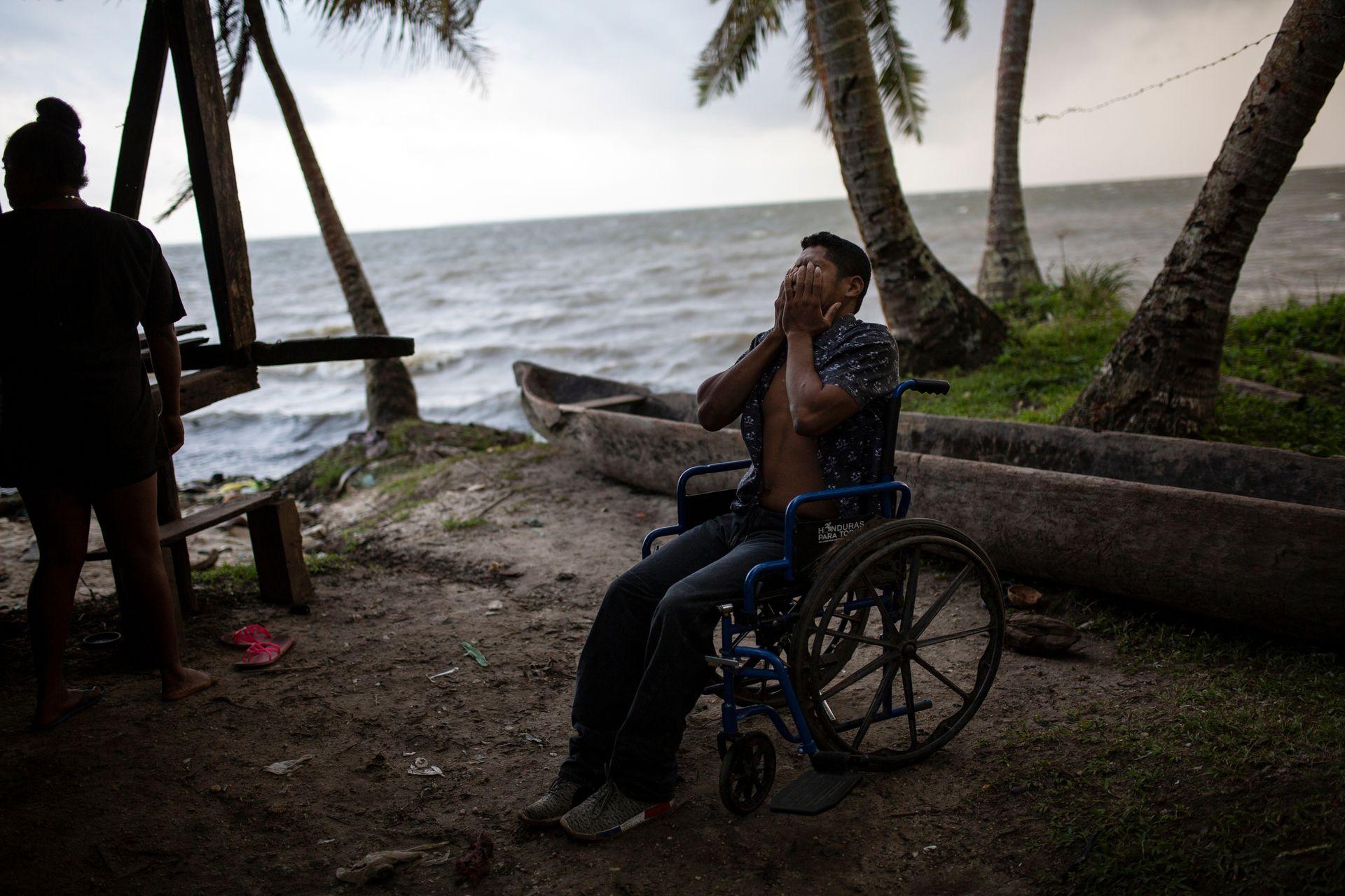 Un buzo en silla de ruedas en la costa de Puerto Lempira
