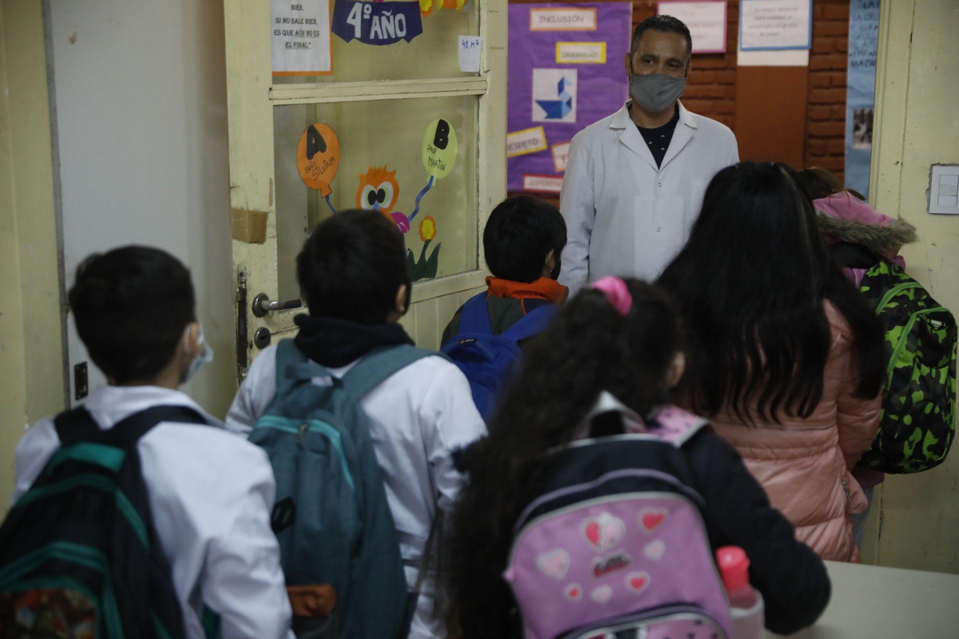 Martín despide a sus alumnos al cierre de la jornada. La virtualidad de 2020 no fue obstáculo para acompañarlos y promover la educación inclusiva