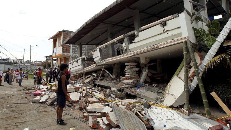 El terremoto de magnitud 7,8 que el sábado sacudió Ecuador se elevó, dejó a varias ciudades costeras en ruionas