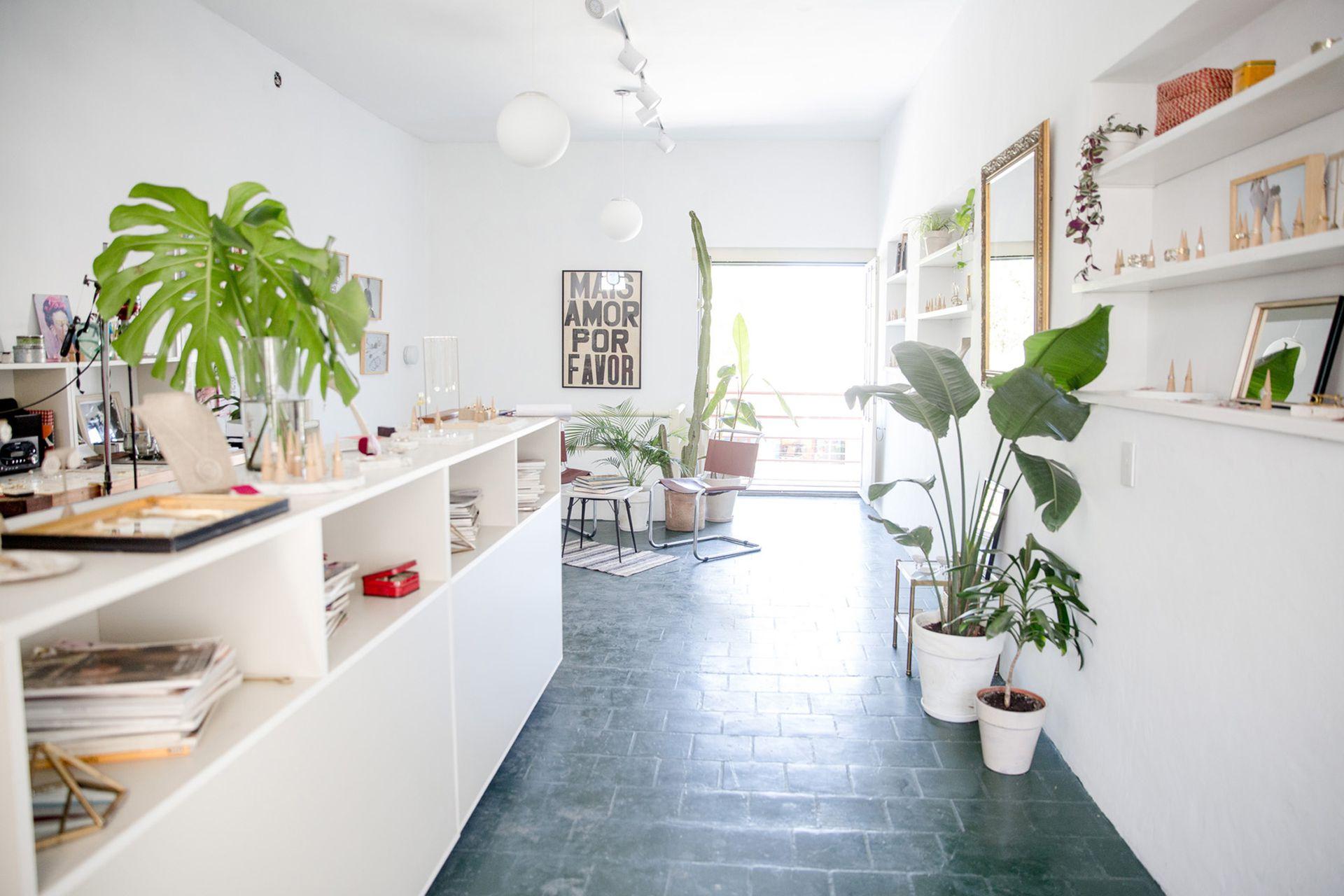 El luminoso taller de Astoria en Colegiales, es un espacio de trabajo y también de encuentro