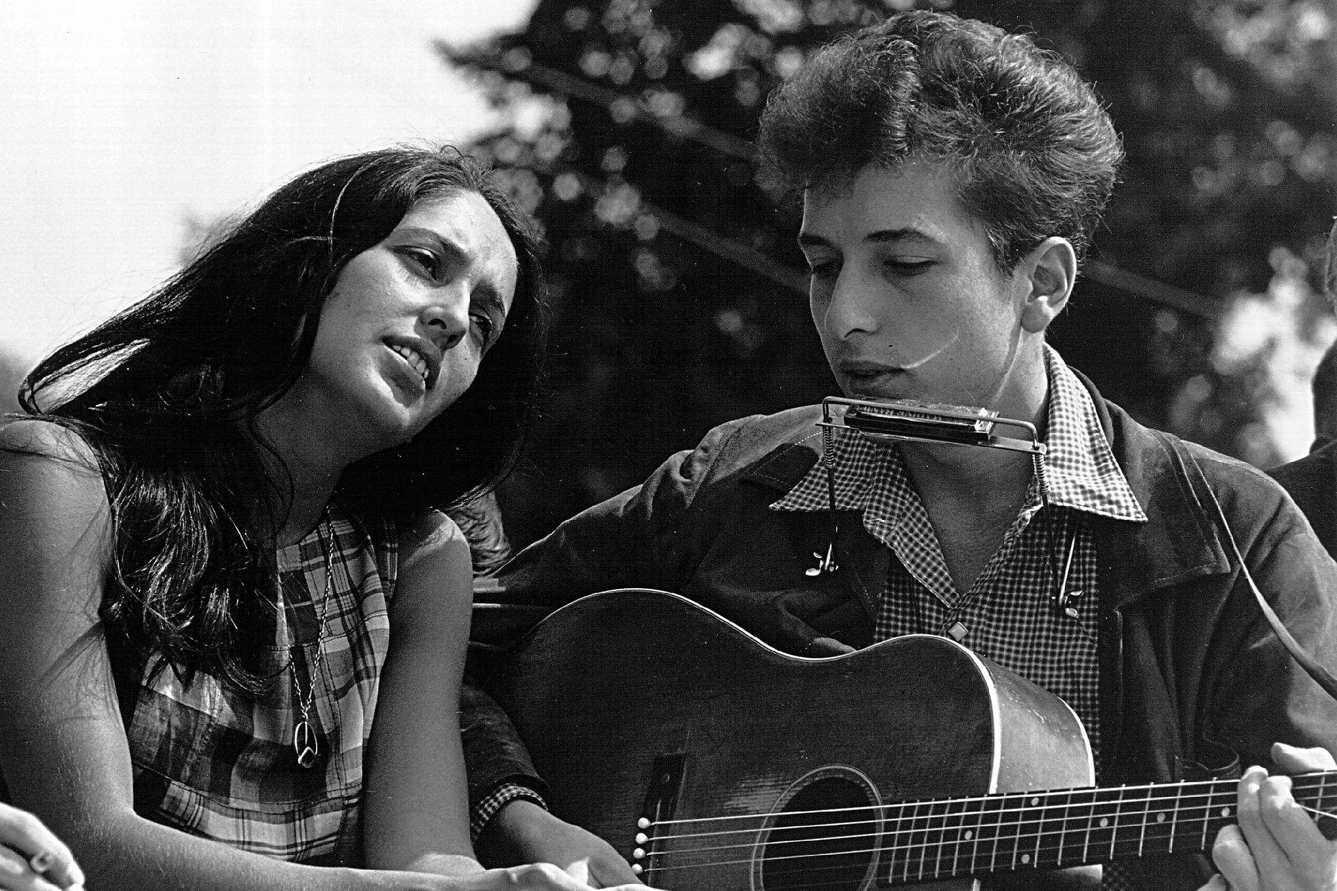 Joan Baez y Bob Dylan cantan durante una marcha por los derechos civiles, el 28 de agosto de 1963