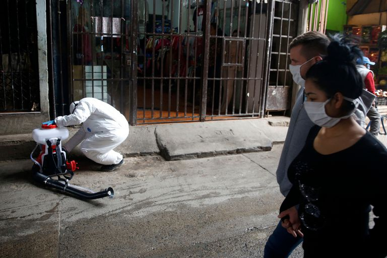 A raíz de la propagación de la enfermedad en las villas porteñas se realizan operativos diarios de desinfección en la vía pública