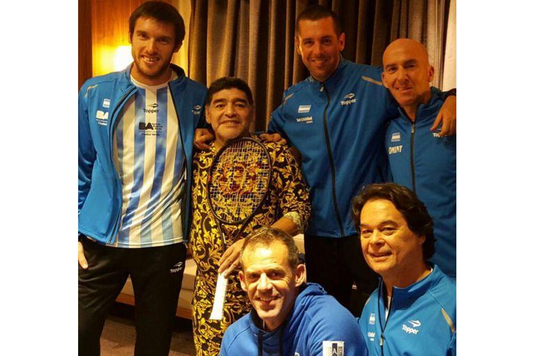 Leo Mayer y distintos integrantes del cuerpo técnico que lideraba Daniel Orsanic, junto con Diego Maradona, en Zagreb, durante la final de la Copa Davis.