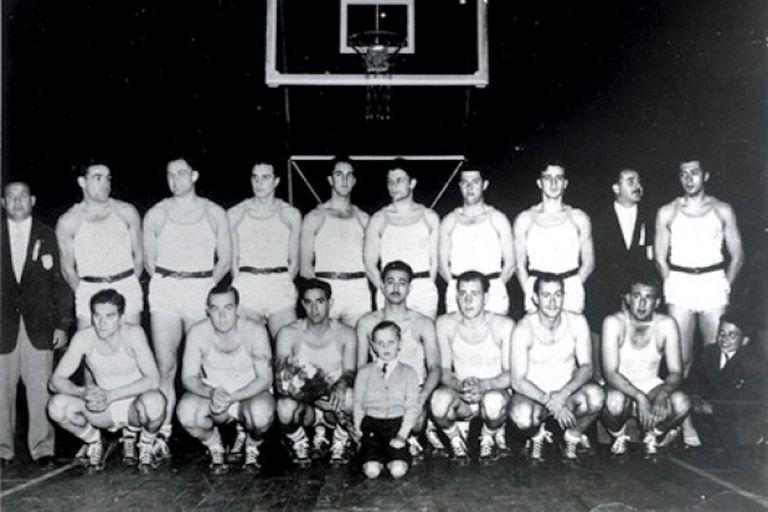 El seleccionado argentino de básquetbol campeón del primer mundial de FIBA; como local, en 1950, se impuso a Estados Unidos por 64-50 en la final, efectuada en el Luna Park.