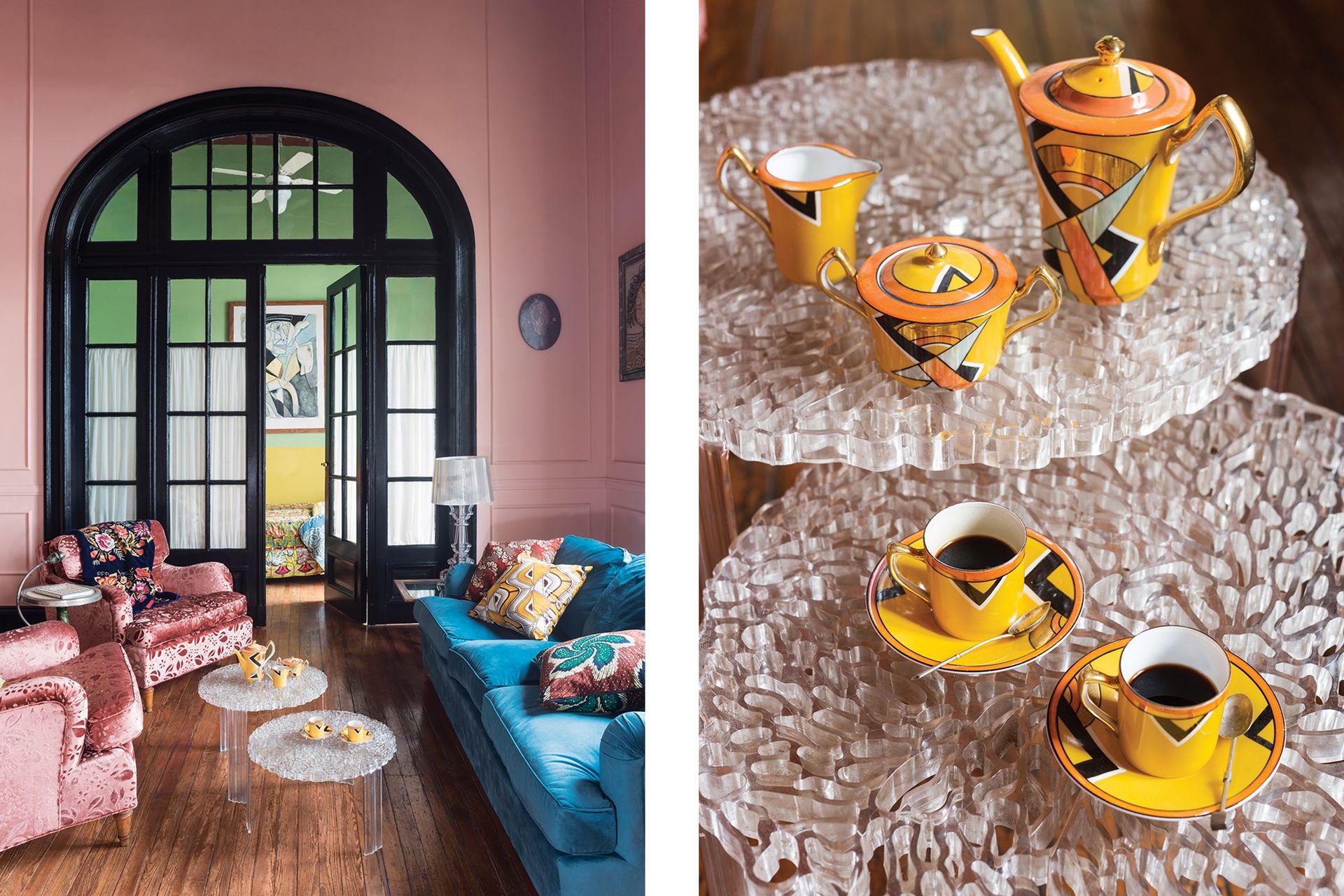 """Tras la puerta al fondo del living está el cuarto de su hija Violeta. Sobre las mesitas de acrílico, diseño de Patricia Urquiola (Kartell), un juego de café art déco de la feria de San Telmo. """"Tendría muchos más. Soy fanática"""", comparte la dueña de casa."""
