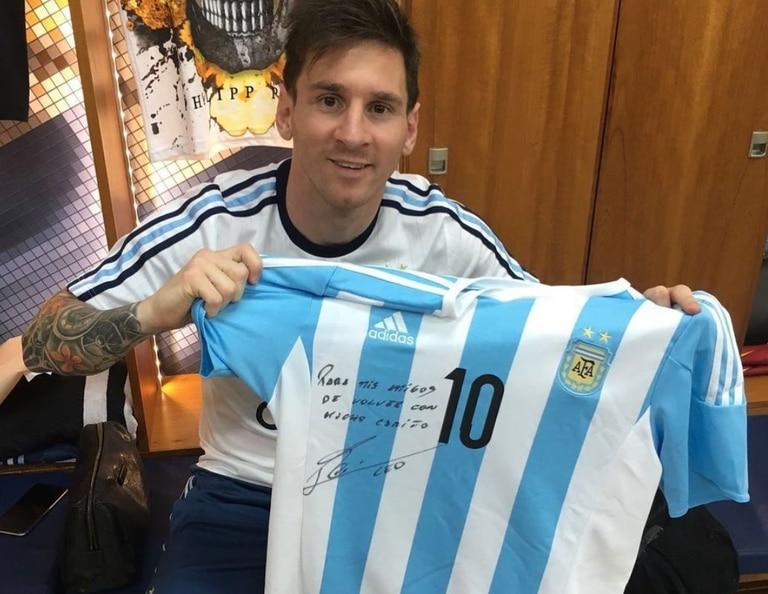 Es argentino, tiene una parrilla en París y espera a Messi con un buen asado