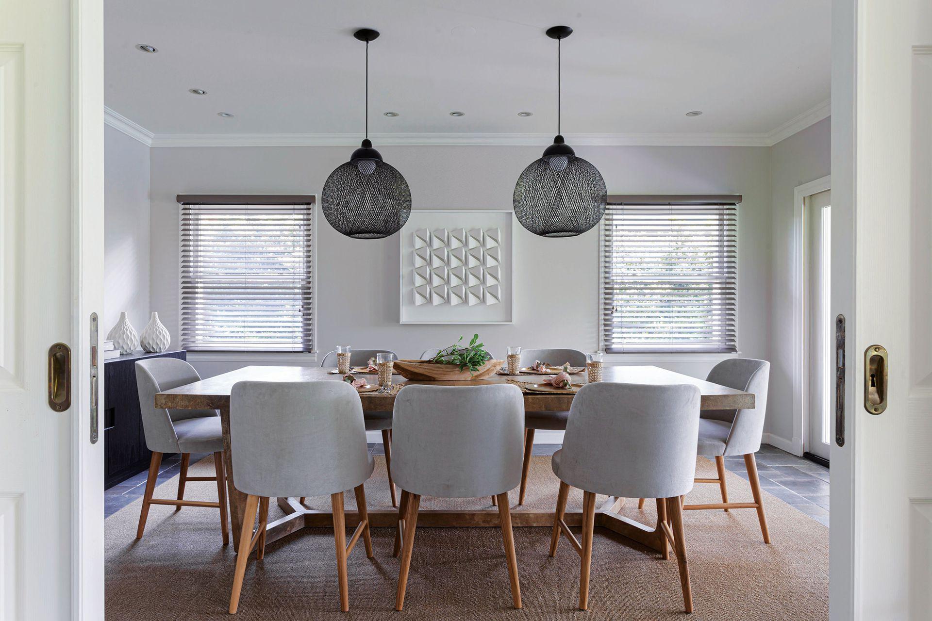 Mesa con tapa de cuero (Harturo). Sillas con estructura de petiribí tapizadas en pana gris y fundas de lino lavables del mismo color.