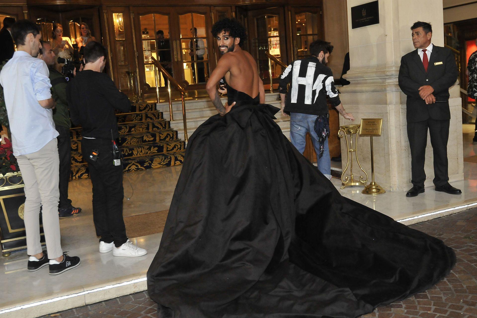 Siempre excéntrico, Gabo Usandivaras eligió llevar un vestido negro a la foto grupal