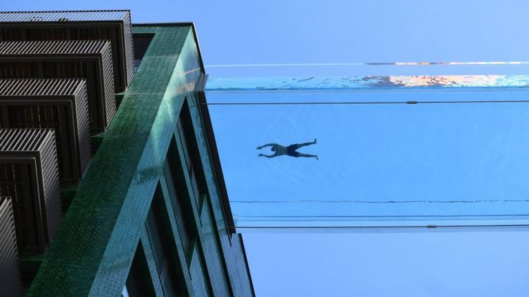 En fotos: la impresionante piscina transparente ubicada a 35 metros de altura