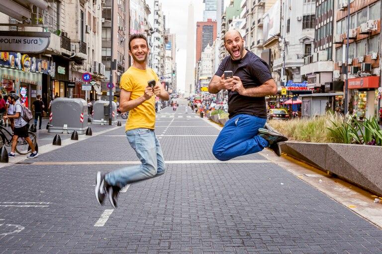 Teatro por teléfono: una obra al aire libre y en WhatsApp en la calle Corrientes
