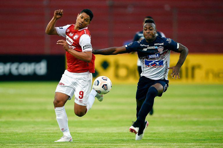 Jorge Ramos (izq) y Junior Willer Ditta luchan por la pelota durante el partido de Copa Libertadores que disputaron Independiente Santa Fe y Junior