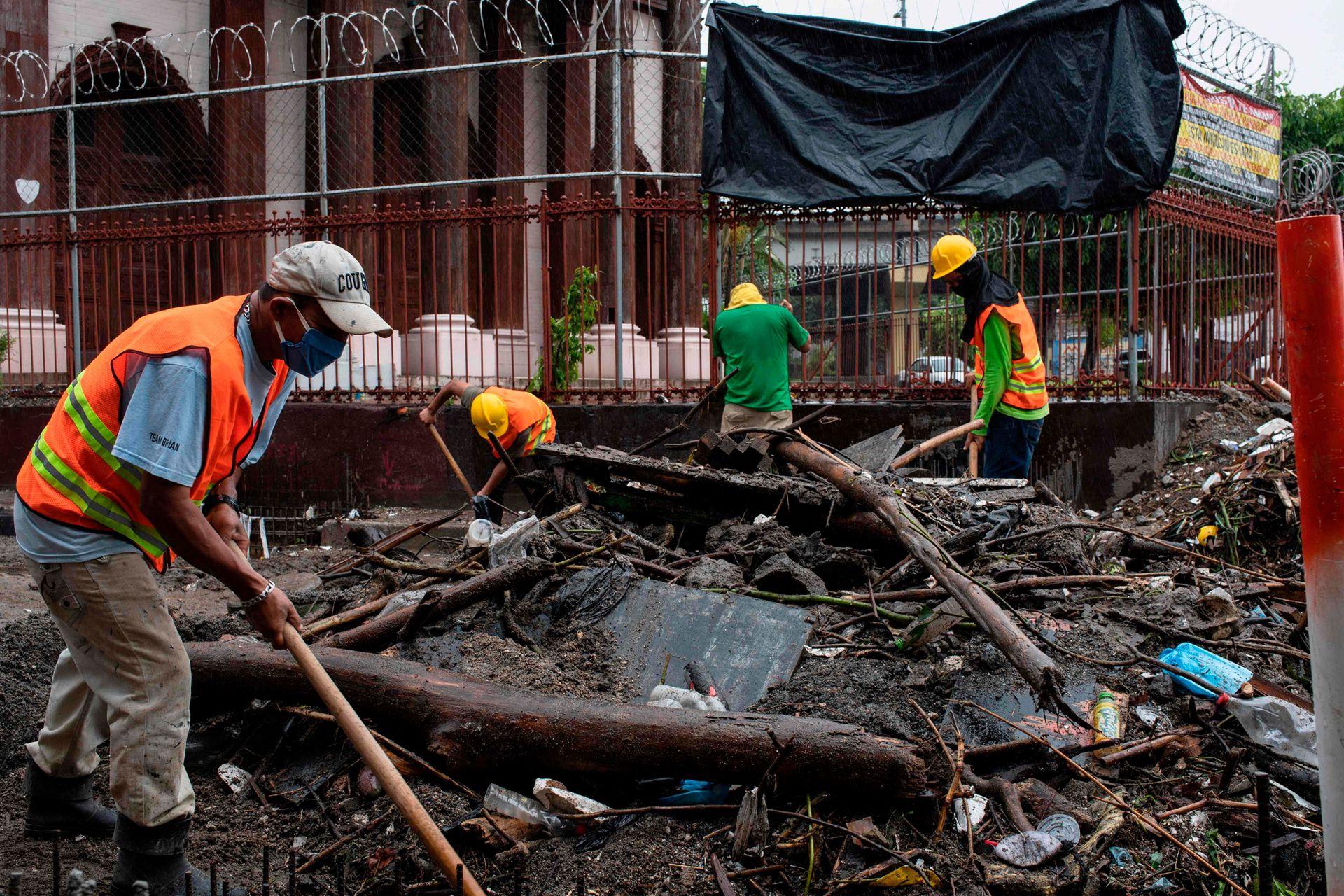 Más de 50 viviendas fueron arrastradas el domingo por una fuerte corriente después de que se desbordara un arroyo.