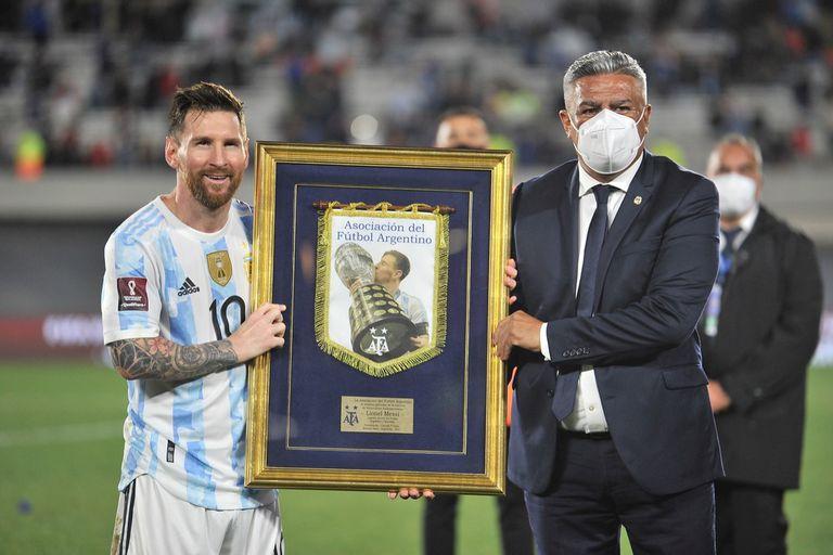 Lionel Messi recibió una distinción de parte de la AFA, de manos del presidente Claudio Chiqui Tapia, fortalecido a su vez por su apuesta exitosa por el DT Lionel Scaloni