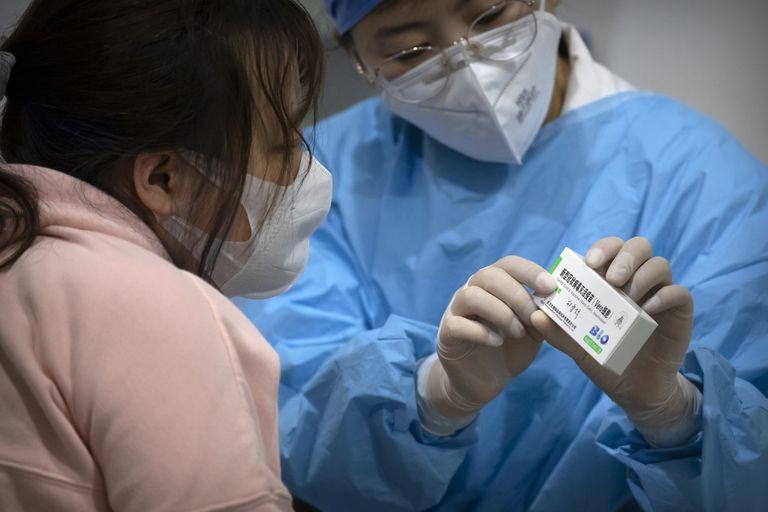 Sinopharm: crece la desconfianza por la suba de casos en países que la aplican