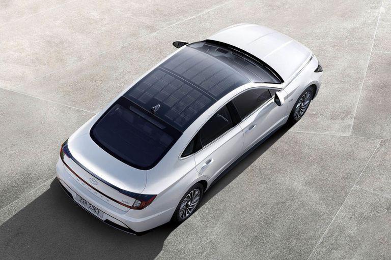 El modelo Sonata híbrido utilizará los paneles del techo para recargar las baterías del vehículo eléctrico de la compañía automotriz surcoreana