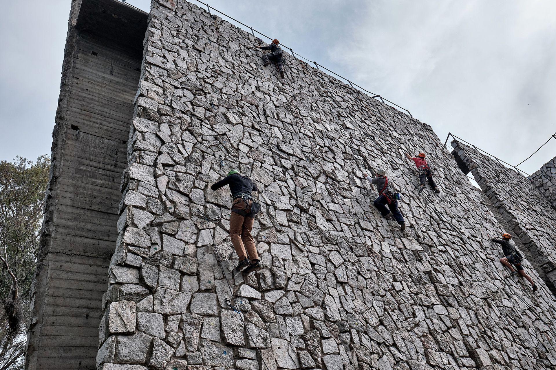 El muro se encuentra en una parte de las tierras que pertenecían al Tiro Federal; en su lugar está proyectada la prolongación de la calle Campos Salles