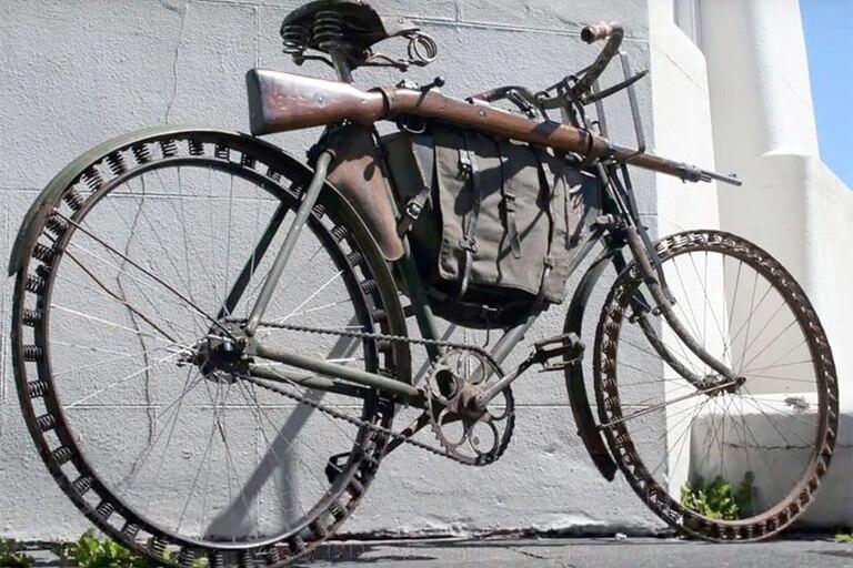 En su época de soldado, Adolf Hitler se desempeñaba como mensajero y atravesaba los campos de batalla montado en una indestructible bicicleta Herrenrad Victoria Modelo 12, fabricada por Max Frankenstein Burger y Max Ottenstein