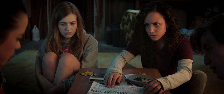 Deena (Kiana Madeira) y Sam (Olivia Welch) son las protagonistas de la primera parte de la trilogía, La calle del terror: 1994 que se estrena este viernes 2 de julio en Netflix.