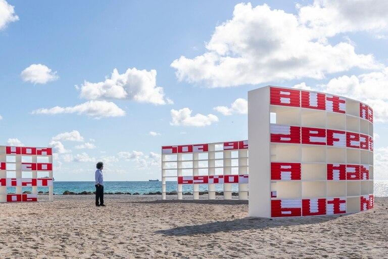 El artista cubano Alexandre Arrechea y su instalación Dreaming with Lions en la playa del Faena Hotel, que inauguró la semana de Art Basel