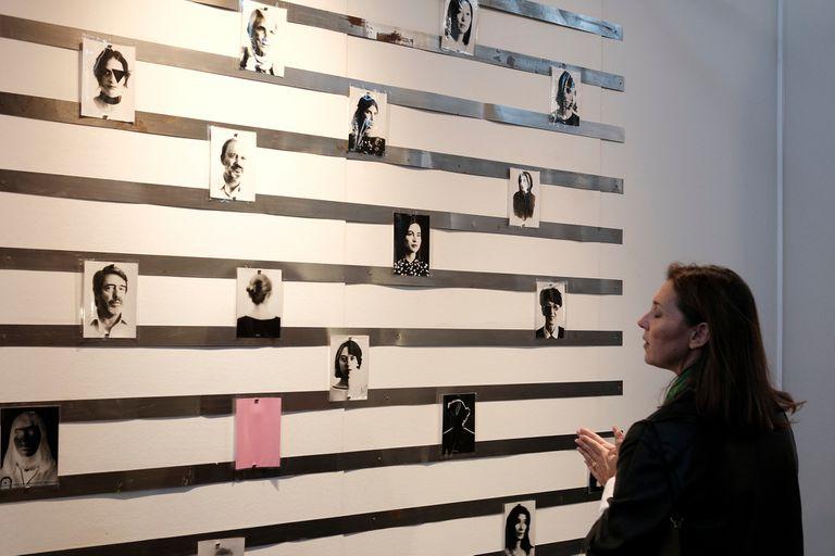 Marcela Marcuzzi observa los registros de la performance de Vivian Galban