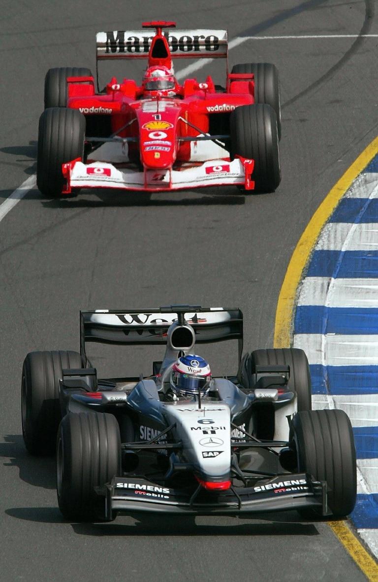 Dos que siguen. Gran premio de Australia 2003. Kimi Raikonnen, con el McLaren Mercedes-Benz, y el gran Michael Schumacher, con Ferrari