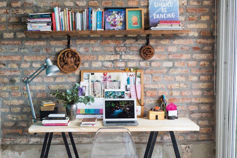 Un espacio de trabajo colorido que contiene todos los intereses de la pareja